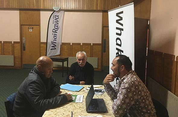 Arapata Reuben (right), Whakapapa Manager in discussion with Te Tāirawhiti whānau.