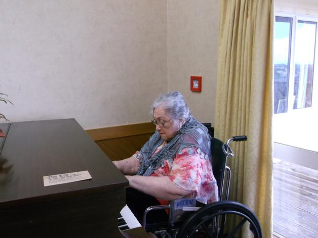 Aunty Nina Coghlan at the piano at Kōwhai Manor.