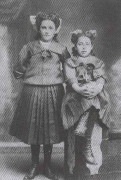 Lena Spencer (née Smith) with her cousin Wai Poko.