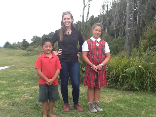 Eleanor Catton with Tauwhare desendants, Makaire Tainui and Lucy Tonihi.
