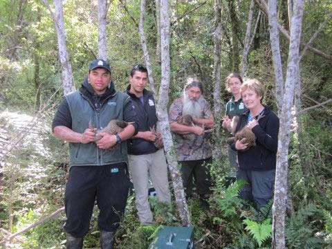 Kahurangi with kiwi and Ōraka Aparima kaumātua Stewart Bull.