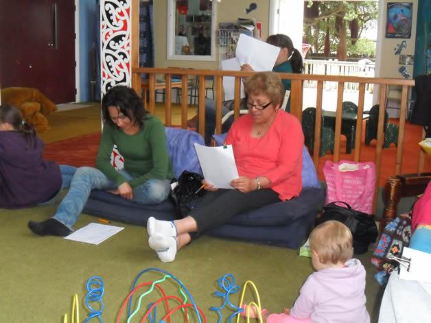Maia Whiterod, Amiria Whiterod, Lisa Cook (background) me te pepe, Taimania.