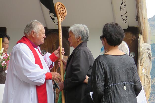 Makaawhio tāua present the Crozier to Pīhopa Richard.