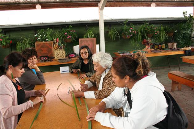 Ngā wāhine left to right Margie Yates, Hera Tahau, Verna Waitere, Kuia Piki Winitana (tutor) and Memory Hawaiikirangi.