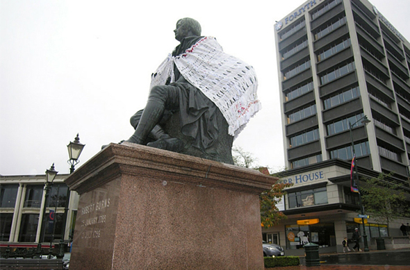 Statue of Robbie Burns, 'Who made my clothes?' – Senorita Awesumo.