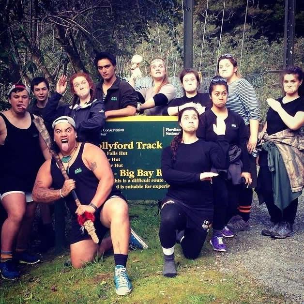 Te Ara Whakatipu hīkoi group stop for a pūkana.