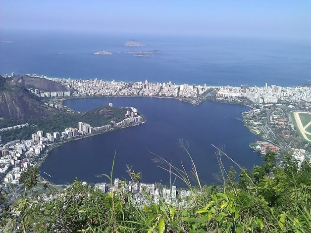 The view from Christ the Redeemer over Lagoa Rodrigo de Freitas, with Ipanema Beach in the background and the race venue in the top right corner of the Lagoa.