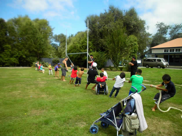 Whānau during a game of tug of war.