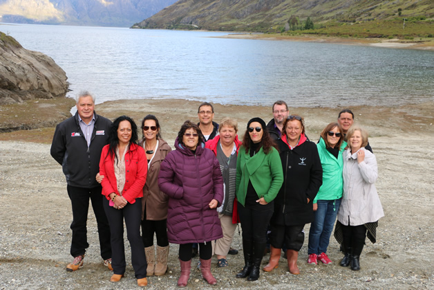 Whānau stop for a picture at Lake Hawea. Photo by Roslyn Nijenhuis.