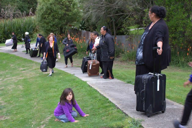 Working together to transfer the manuhiri gear upto the marae.